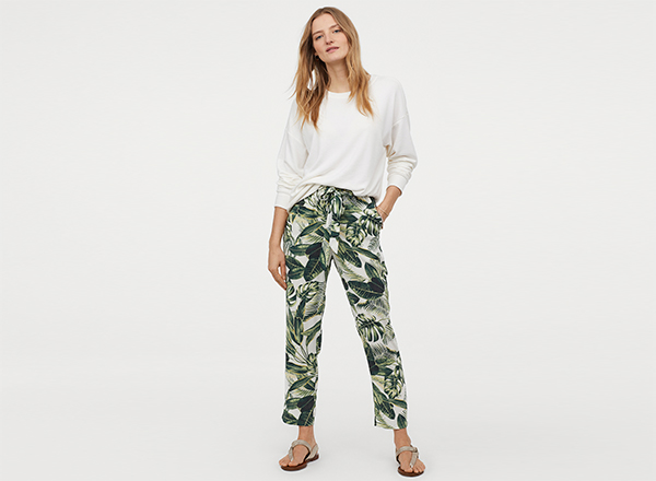 pantaloni cu print tropical H&M