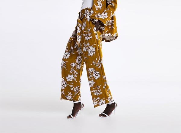 pantaloni galbeni cu print floral zara