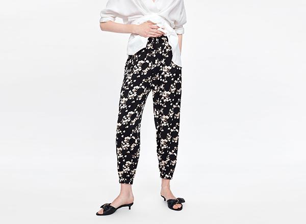 pantaloni negri cu print floral alb Zara