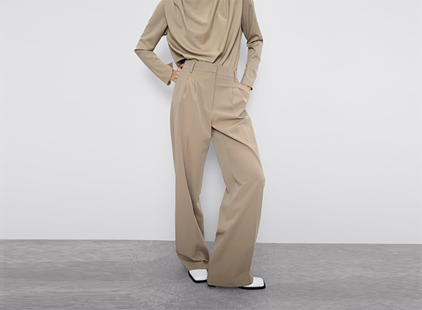 pantaloni bej cu pense Zara