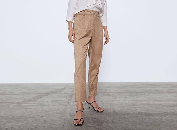 pantaloni cu efect piele de caprioara Zara