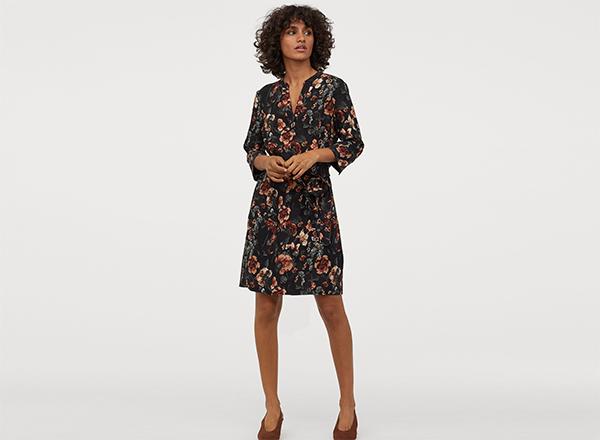 rochie cu cordon si imprimeu floral pe fundal negru H&M
