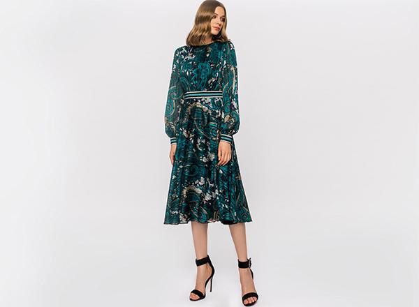 rochie midi cu flori pe fundal turcoaz Nissa