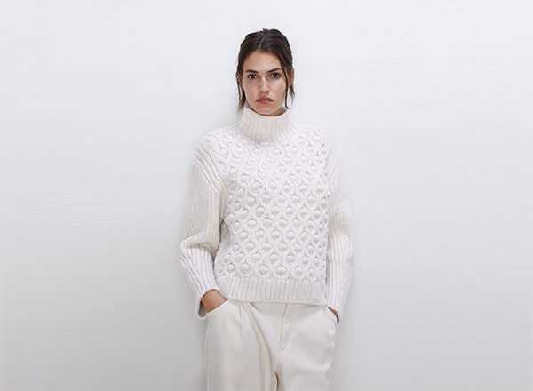 pulover alb cu guler inalt si torsade zara