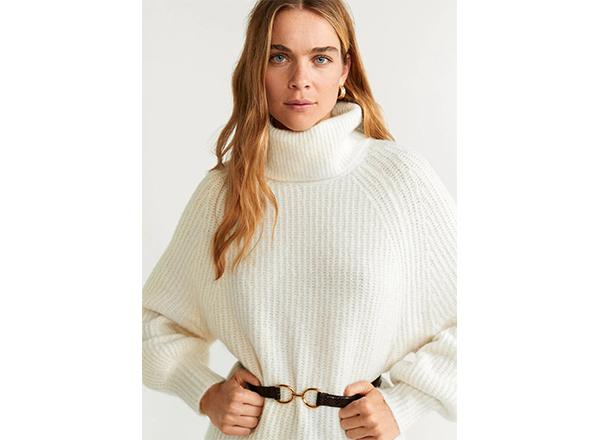 pulover alb cu guler inalt si model reliefat Mango