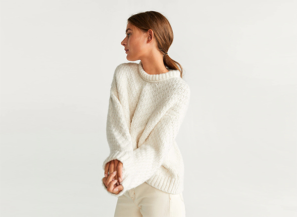 pulover alb cu modele relief Mango