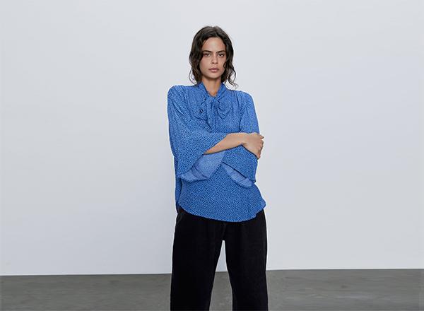 bluza albastra cu buline negre Zara